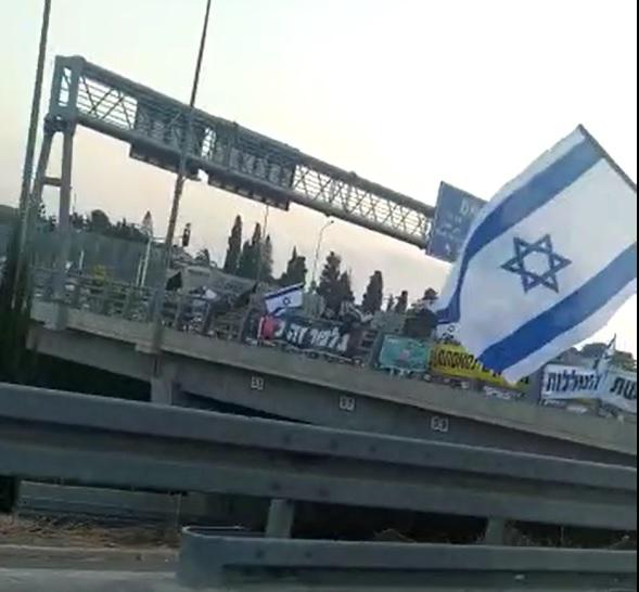 המחאה עולה מדרגה: רבבות מפגינים בגשרים ובבלפור