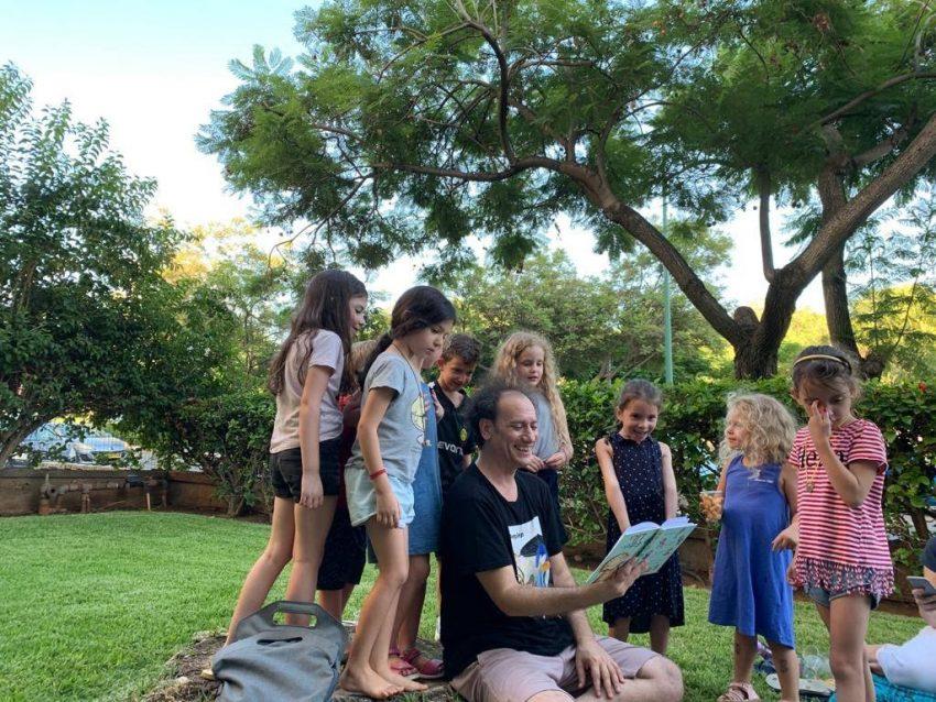 תומר שרון בהפעלה לילדים צילום באדיבות תומר שרון