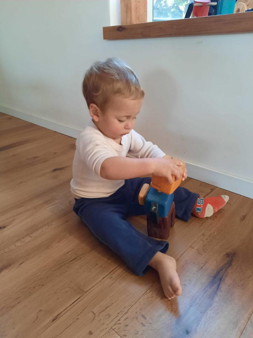 הבן של אמיר משחק בצעצועים של אביו. צילום אמיר כץ